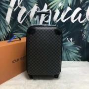 ルイ ヴィトン LOUIS VUITTON  スーツケース  2019に人気もまだまだ継続しています  すっきりしたシルエット